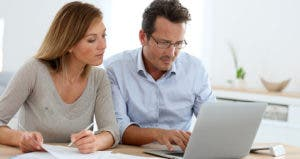 Couple budgeting in kitchen © Goodluz/Shutterstock.com
