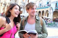 Couple standing in plaza, traveling in Cuba © Maridav/Shutterstock.com
