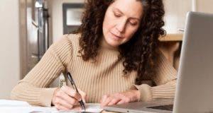 Woman paying a bill © arek_malang/Shutterstock.com