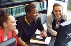 Group of student around the computer in a library © Ammentorp Photography/Shutterstock.com