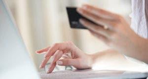 Woman on laptop with black credit card © Vladimir Gerasimov - Fotolia.com