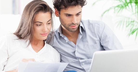 Young couple organizing bills © Nadya Lukic/Shutterstock.com