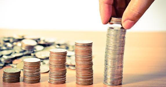Stacks of quarters © Singkham/Shutterstock.com