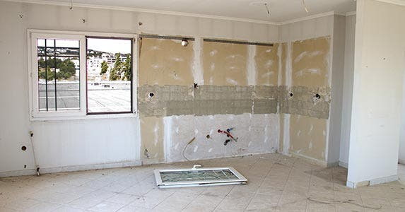 Improper preparation of walls for painting © thelefty/Shutterstock.com