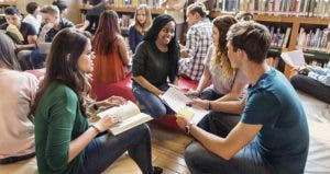 Group of high school students in a library © Rawpixel.com/Shutterstock.com