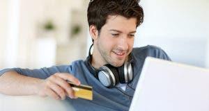 Young man holding credit card © Goodluz/Shutterstock.com