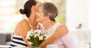 Mother and daughter hugging © michaeljung/Shutterstock.com