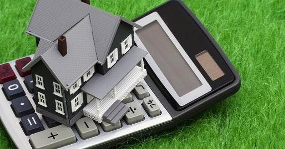 House on calculator © Karen Roach / Fotolia.com