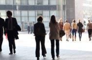 People walking to work in the city © Artens/Shutterstock.com