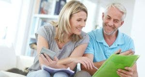 Mature couple going over budget © iStock