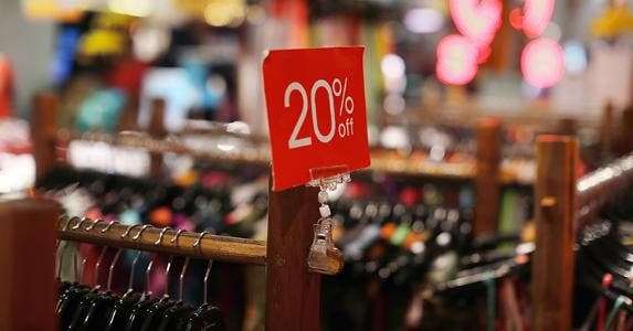 20 percent off sale sign in clothing store © PavelIvanov/Shutterstock.com