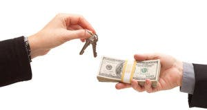 Exchanging house keys for money © Andy Dean Photography - Fotolia.com