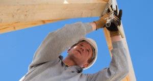 Man measuring wooden frame © hans.slegers/Shutterstock.com