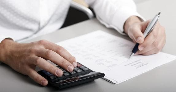 Male holding pen calculating budget on paper © Christopher Meder - Fotolia.com