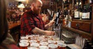 Bartender pouring a draft beer | Justin Sullivan/Getty Images