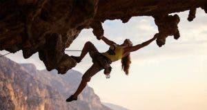 Woman rock climbing © Photobac/Shutterstock.com
