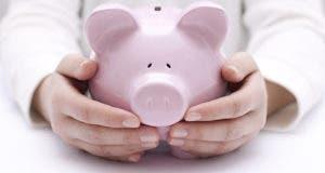 Male hands holding a piggy bank © Jakub Krechowicz/Shutterstock.com
