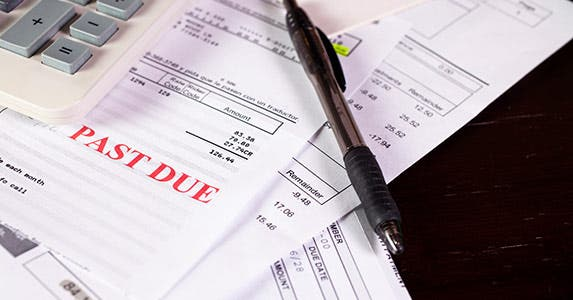 Paying late fees and juggling bills © iStock