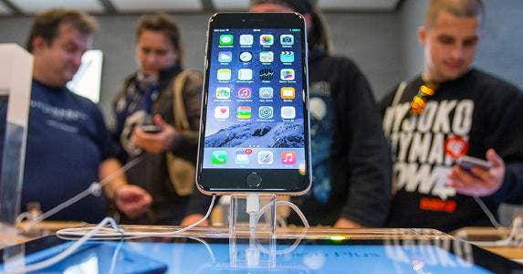 People try out the new iPhone at an Apple store © HANNIBAL HANSCHKE/Reuters/Corbis