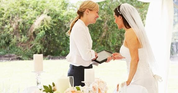 Bride talking with wedding planner © oliveromg/Shutterstock.com