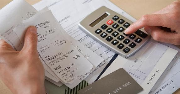Smartphone app calculating receipts | Chemistry/Getty Images