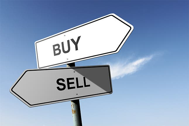 Buy and sell street sign:© Mark Rubens/Shutterstock.com