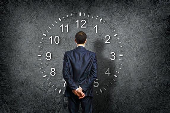 Businessman looking at a clock: © Sergey Nivens/Shutterstock.com