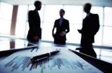 Men standing together in office © Pressmaster/Shutterstock.com