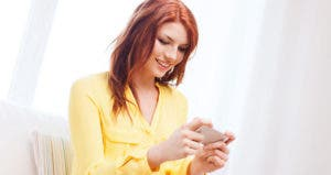 Young woman holding smartphone © Syda Productions/Shutterstock.com