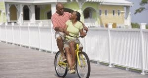 Riding a couple's bicycle © Blend Images/Shutterstock.com