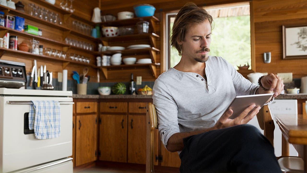 Man online banking