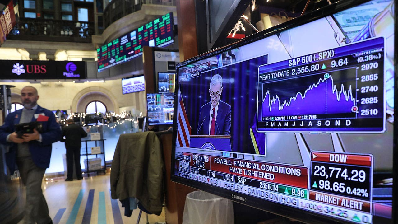 Powell speaking Federal Reserve hike on tv at stock market