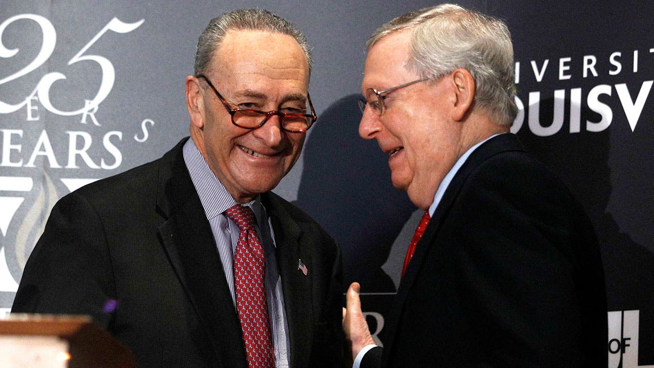 Senators Chuck Shumer and Mitch McConnel talking