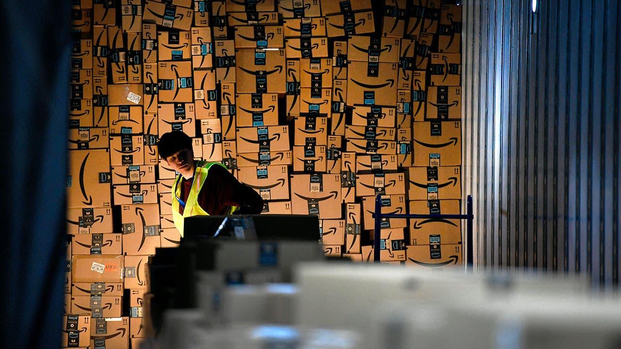 Ouvrier d'entrepôt Amazon boîtes de déménagement