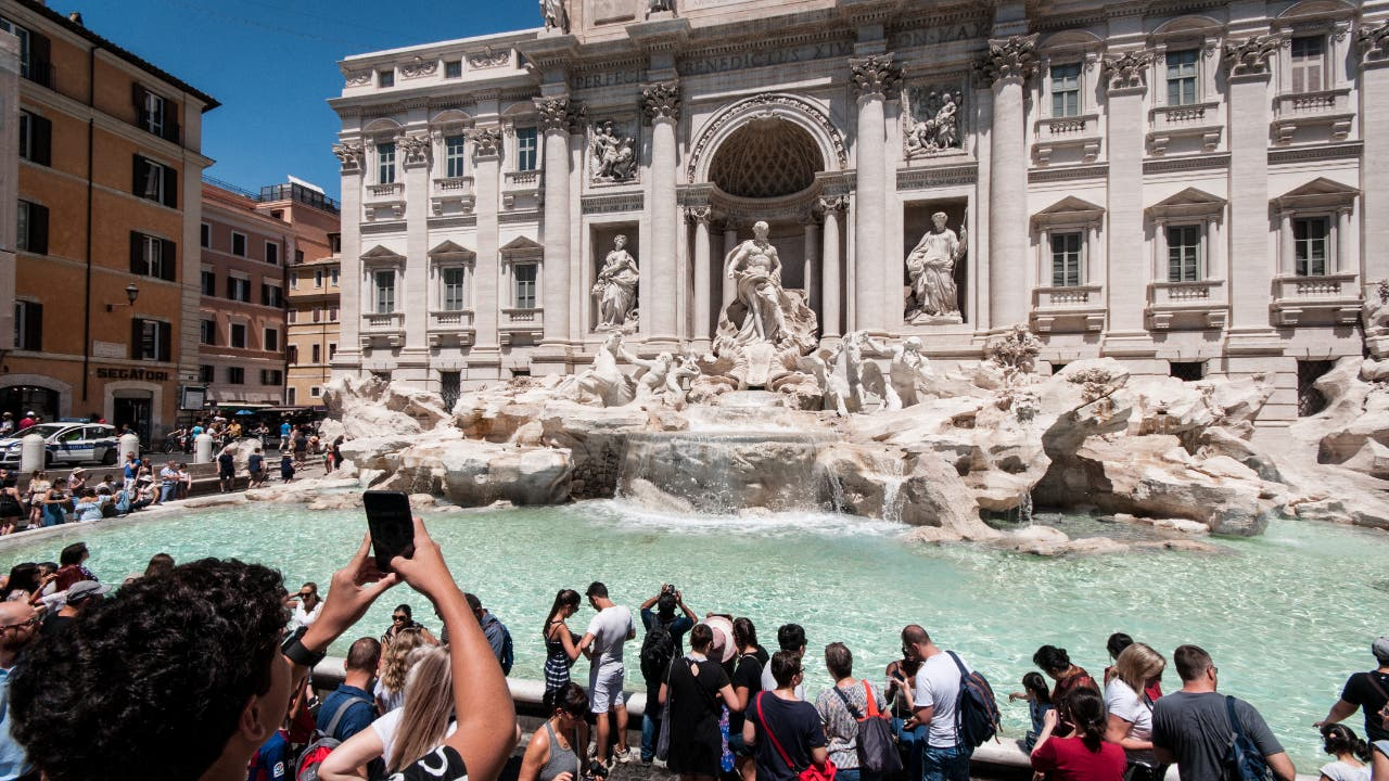 Tourists visit the Fontana di Trevi